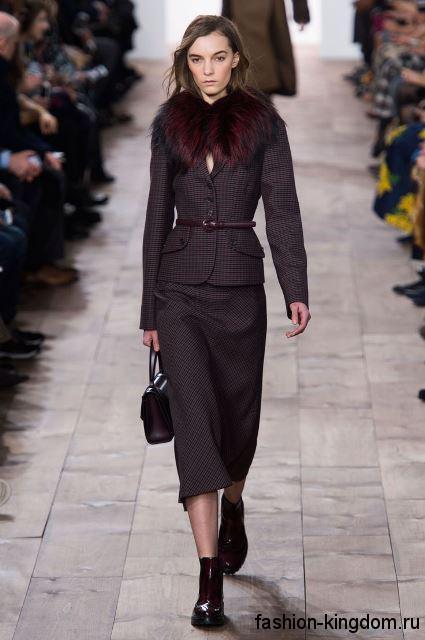 Костюм классического фасона, состоящий из длинной юбки и пиджака с меховым воротником модного сезона осень-зима 2015-2016 от Michael Kors.