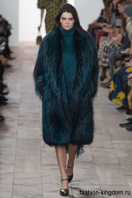 Шуба из искусственного меха темно-бирюзового оттенка, прямого кроя, длиной чуть ниже колен модного сезона осень-зима 2015-2016 от Michael Kors.