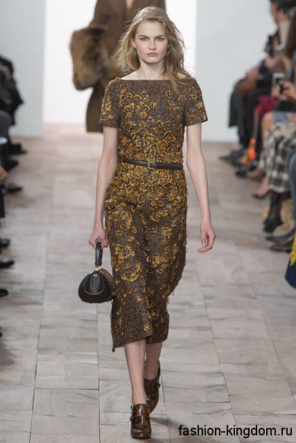 Платье серо-коричневого тона с золотистыми вставками, приталенного кроя, с короткими рукавами модного сезона осень-зима 2015-2016 от Michael Kors.
