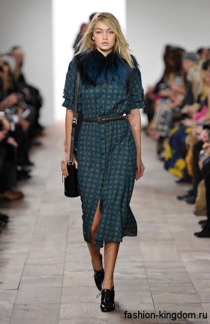Платье-миди синего тона с геометрическим рисунком и меховым воротником в тандеме с лакированными черными туфлями модного сезона осень-зима 2015-2016 от Michael Kors.