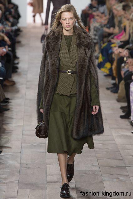Длинная меховая жилетка дополняет костюм зеленого тона, состоящий из юбки и жакета, модного сезона осень-зима 2015-2016 от Michael Kors.