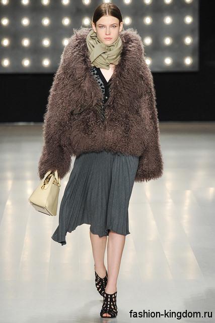 Объемная шуба коричневого тона сочетается с шарфом цвета хаки, небольшой сумочкой молочного оттенка и серой юбкой-миди из коллекции Milly.