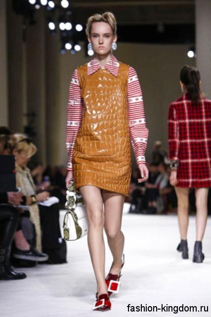 Лакированные красные туфли с большой пряжкой сочетаются с кожаным платьем оранжевого тона с фактурным принтом модного сезона осень-зима 2015-2016 от Miu Miu.