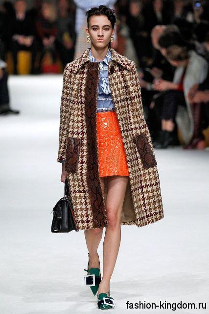 Короткая юбка оранжевого тона с анималистическим рисунком в тандеме с коричневым клетчатым пальто модного сезона осень-зима 2015-2016 от Miu Miu.