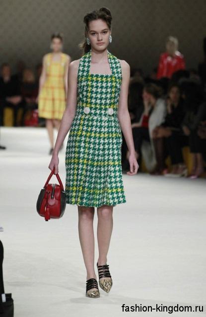 Короткое платье зеленого тона в клетку в стиле ретро, приталенного кроя, без рукавов модного сезона осень-зима 2015-2016 от Miu Miu.