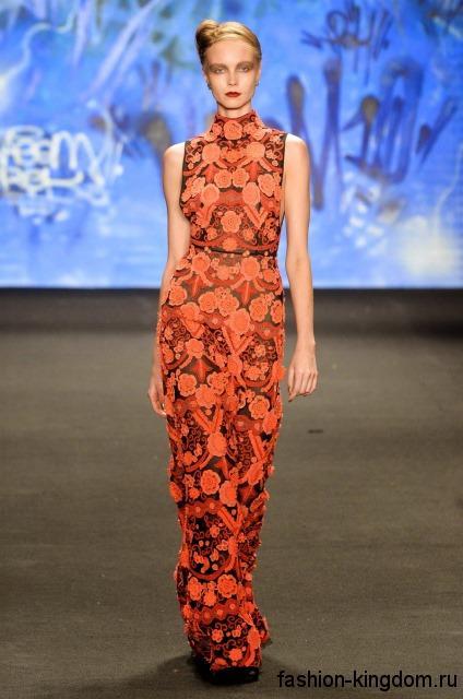 Новогоднее длинное платье оранжевого цвета с абстрактным принтом, приталенного фасона, без рукавов из коллекции Naem Khan.