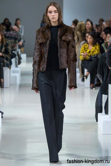 Классические брюки черного цвета в тандеме с черной кофточкой и короткой коричневой шубкой модного сезона осень-зима 2015-2016 от Nina Ricci.