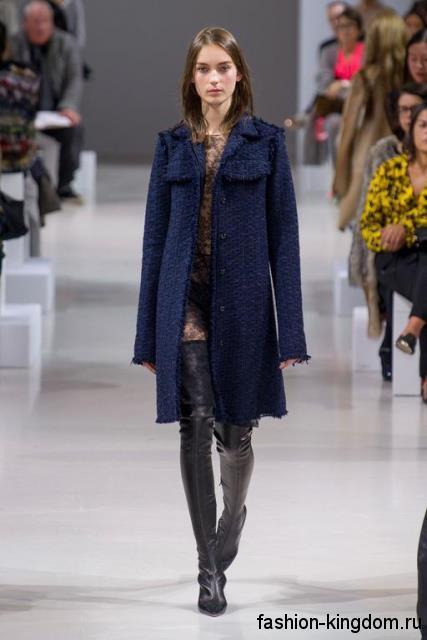 Сапоги-чулки черного цвета на каблуке дополняют осеннее пальто темно-синего тона, прямого кроя модного сезона осень-зима 2015-2016 от Nina Ricci.