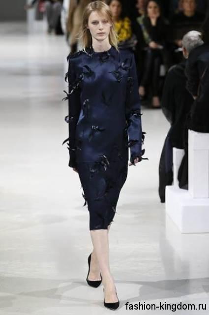 Приталенное платье темно-синего цвета длиной чуть ниже колен, украшенное кожаными вставками модного сезона осень-зима 2015-2016 от Nina Ricci.