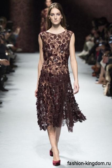 Гипюровое платье шоколадного цвета длиной до колен, декорированное пайетками и растительным рисунком модного сезона осень-зима 2015-2016 от Nina Ricci.