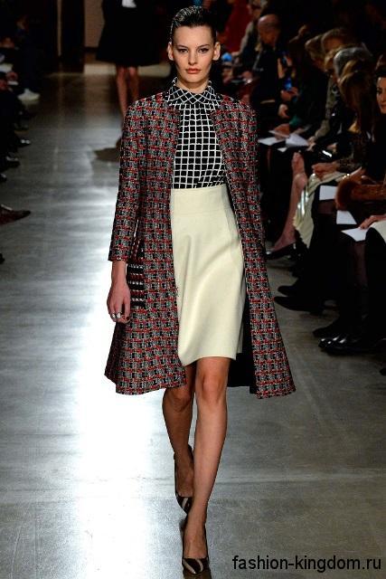 Демисезонное пальто А-силуэта в клетку сочетается с белой юбкой и черной-белой клетчатой блузкой модного сезона осень-зима 2015-2016 от Oscar de la Renta.