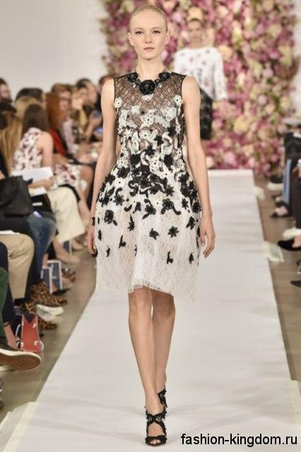 Ажурное новогоднее платье белого цвета с пышной юбкой, без рукавов, декорированное черной вышивкой, из коллекции Oscar de la Renta.