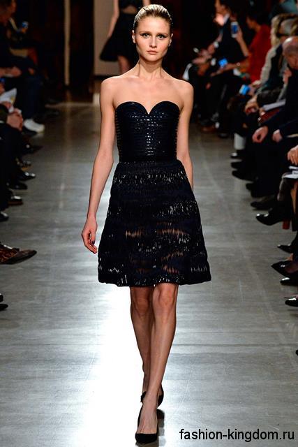 Короткое коктейльное платье черного цвета с корсетным верхом в сочетании с классическими черными туфлями на каблуке модного сезона осень-зима 2015-2016 от Oscar de la Renta.
