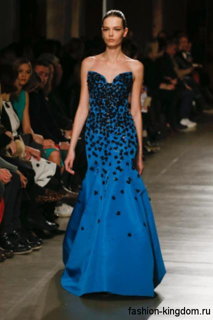 Вечернее платье в пол синего цвета, с корсетным верхом, украшенное кожаными вставками и пайетками, модного сезона осень-зима 2015-2016 от Oscar de la Renta.