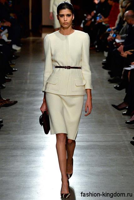 Белый костюм, состоящий из юбки-карандаш и жакета, приталенного фасона модного сезона осень-зима 2015-2016 от Oscar de la Renta.
