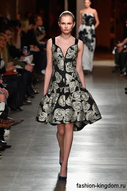 Асимметричное платье черно-серебристой расцветки с пышной юбкой в тандеме с туфлями классического фасона на каблуке модного сезона осень-зима 2015-2016 от Oscar de la Renta.