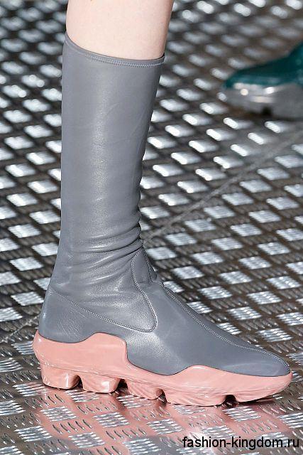 Стильные сапоги серого цвета на низком ходу, с рельефной розовой подошвой из коллекции Prada.