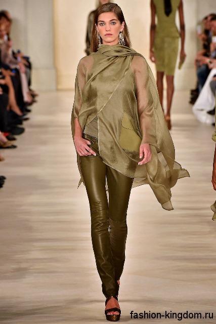 Кожаные узкие брюки болотного оттенка для вечернего стиля в сочетании с длинное шифоновой блузкой и босоножками в тон от Ralph Lauren.