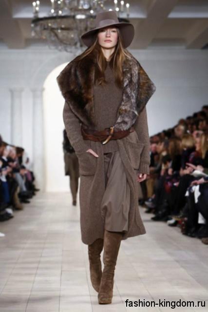 Замшевые сапоги коричневого цвета на тонком каблуке из коллекции Ralph Lauren в сочетании с пальто серо-коричневого оттенка с меховым воротником.