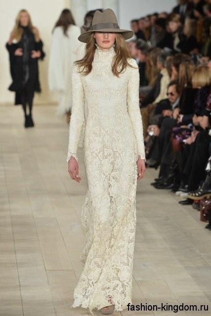 Кружевное платье в пол белого цвета приталенного фасона, с длинными рукавами модного сезона осень-зима 2015-2016 от Ralph Lauren.