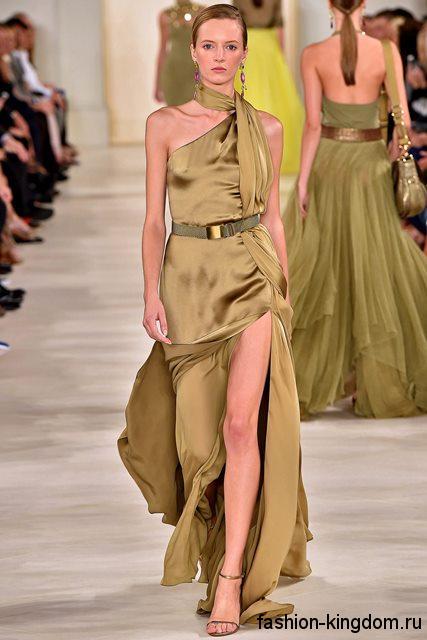 Атласное длинное платье фисташкового цвета на праздник, с проймой на одно плече, с приталенным верхом и прямой юбкой с высоким разрезом от Ralph Lauren.