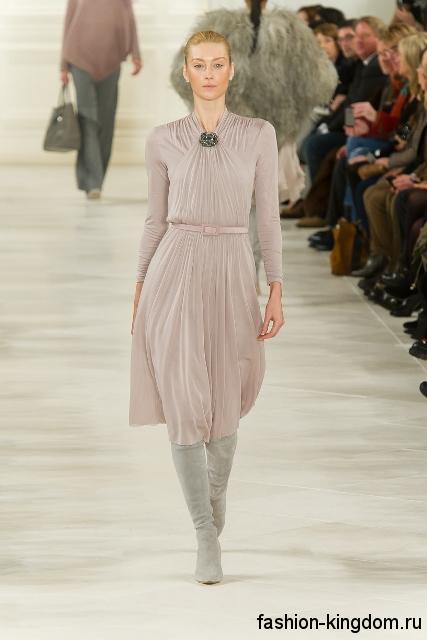 Высокие сапоги светло-серого цвета на высоком каблуке из коллекции Ralph Lauren в сочетании с платьем серо-лилового оттенка длиной до колен.