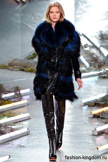 Кожаные сапоги-чулки черного цвета, с открытым носком и на каблуке в тандеме с шубкой черно-синего тона с кожаными вставками из коллекции Rodarte.