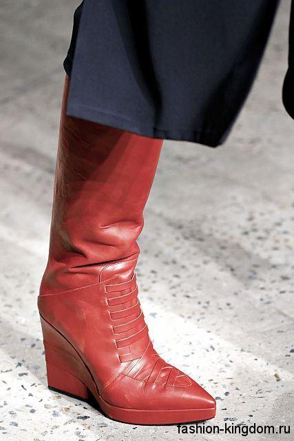 Женские сапоги красного цвета на платформе, с острым носком из коллекции Thakoon.