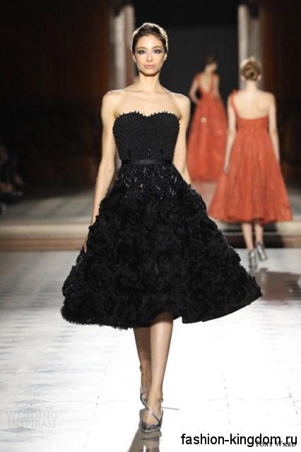 Платье-миди черного цвета для вечернего стиля, с пышной юбкой и корсетным верхом в сочетании с туфлями серебристого тона от Tony Ward.