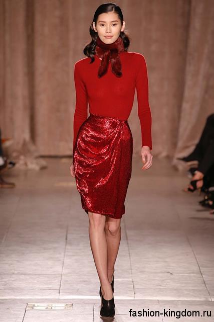Юбка-миди красного цвета, выполненная из блестящей ткани, для вечернего стиля в сочетании с кофточкой в тон и туфлями черной расцветки на каблуке от Zac Posen.