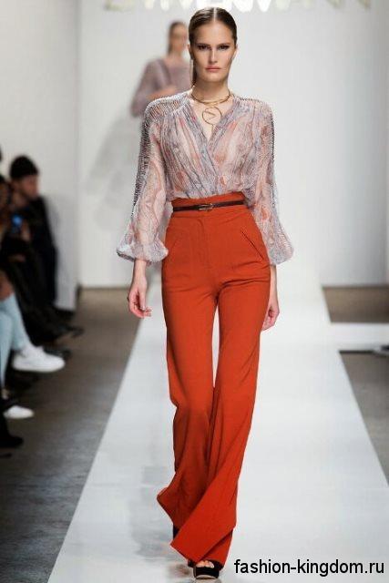 Модные брюки клеш морковного оттенка с завышенной талией для вечернего стиля в тандеме с полупрозрачной блузкой и открытыми туфлями от Zimmerman.