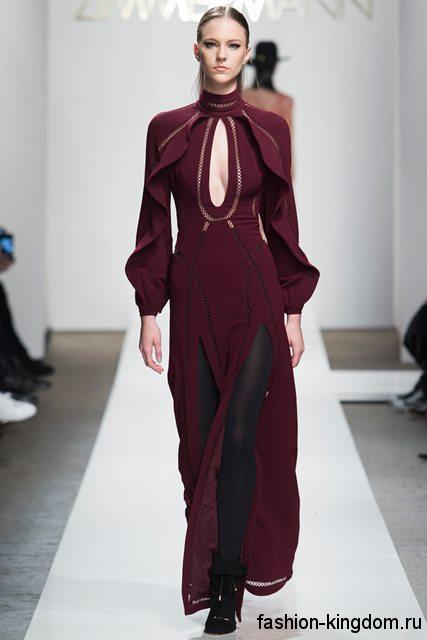 Модное длинное платье бордового цвета приталенного силуэта, с длинными рукавами, глубоким декольте и двумя разрезами из коллекции Zimmermann.