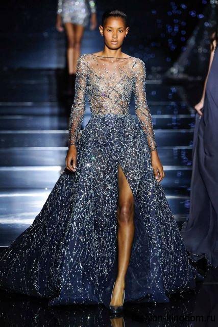 Длинное платье серебристо-синего тона с полупрозрачным верхом и длинными рукавами модного сезона осень-зима 2015-2016 от Zuhair Murad.