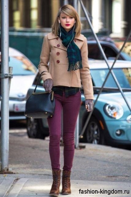 Короткое демисезонное пальто цвета кофе с молоком сочетается с узкими брюками фиолетового тона и коричневыми ботинками.