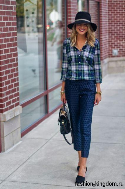 Клетчатая рубашка сине-белой расцветки сочетается с укороченными синими брюками, аксессуарами и туфлями черного тона.