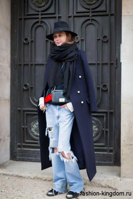 Длинное демисезонное пальто темно-синего цвета, приталенного кроя в сочетании с джинсами бойфрендами голубого тона.