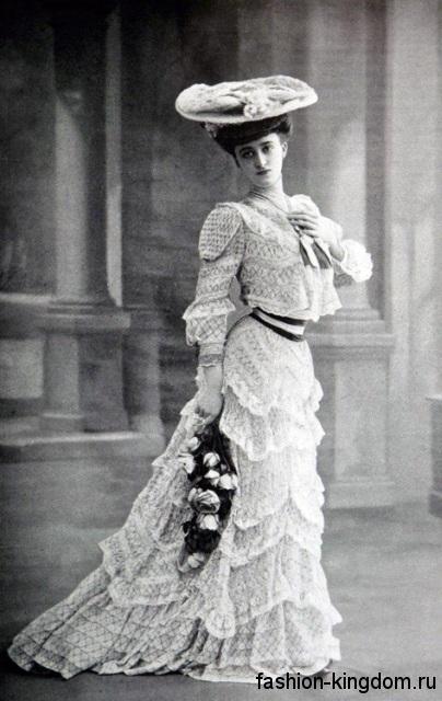 Длинное ажурное платье белого цвета 1900-х, с длинными рукавами окорок и акцентом на талии.