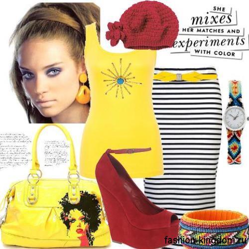 Трикотажная юбка-карандаш черно-белого цвета в полоску гармонирует с желтой майкой и туфлями темно-красного тона на платформе.