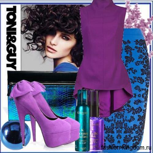 Синяя юбка-карандаш с ажурными вставками для вечернего стиля сочетается с фиолетовой блузкой с асимметричным низом и без рукавов.