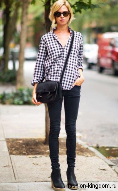 Рубашка в клетку черно-белого цвета с длинными рукавами в тандеме с узкими черными брюками и ботильонами на каблуке.
