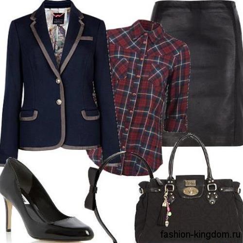Рубашка в клетку темных красно-синих оттенков, с рукавами три четверти для работы дополнят черную юбку-миди и классический пиджак темно-синего цвета.