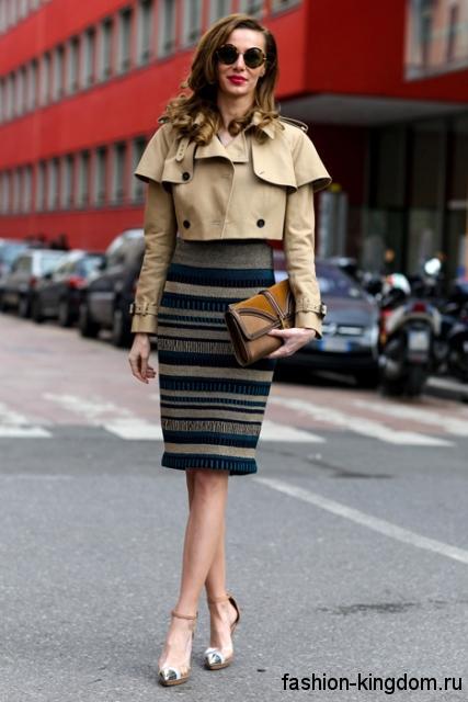 Модная юбка-карандаш серо-синей расцветки с высокой талией в тандеме с коротким жакетом бежевого тона.