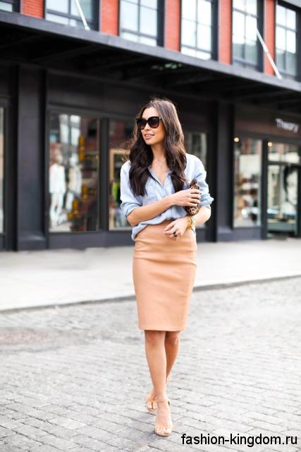Бежевая юбка-карандаш длиной до колен на каждый день сочетается с голубой рубашкой и босоножками бежевого тона.