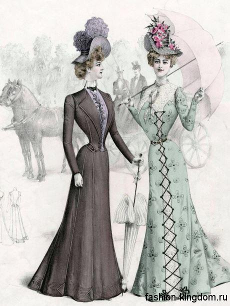 Модные платья в пол в моде 1900-х, S-образного силуэта, с длинными рукавами, украшенные лентами и кружевными вставками, дополняются шляпами с цветами.
