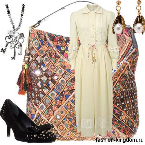 Длинное платье молочного цвета для повседневного образа 1900-х, приталенного кроя, с рукавами окорок, декорированное кружевом, в сочетании с черными туфлями на низком каблуке.