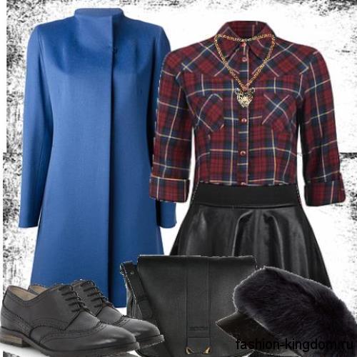 Вечерний образ с клетчатой рубашкой сине-бордового тона с рукавами три четверти в сочетании с кожаной юбкой-мини и демисезонным пальто синего цвета.
