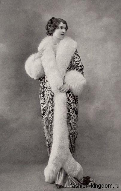 Пальто длиной в пол в стиле 1900-х, зауженного кроя, с растительным рисунком и меховыми вставками.