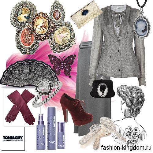 Приталенный жакет серебристого цвета в стиле 1900 сочетается с длинной юбкой серого тона, винтажными украшениями и ботильонами на устойчивом каблуке.