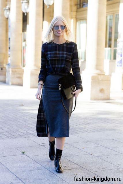 Осенняя клетчатая рубашка с длинными рукавами гармонирует с джинсовой рубашкой синего цвета длиной ниже колен.