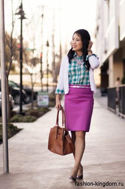 Клетчатая рубашка бело-бирюзового тона для работы сочетается с белым пиджаком, юбкой-миди цвета фуксия и серебристыми туфлями на низком каблуке.